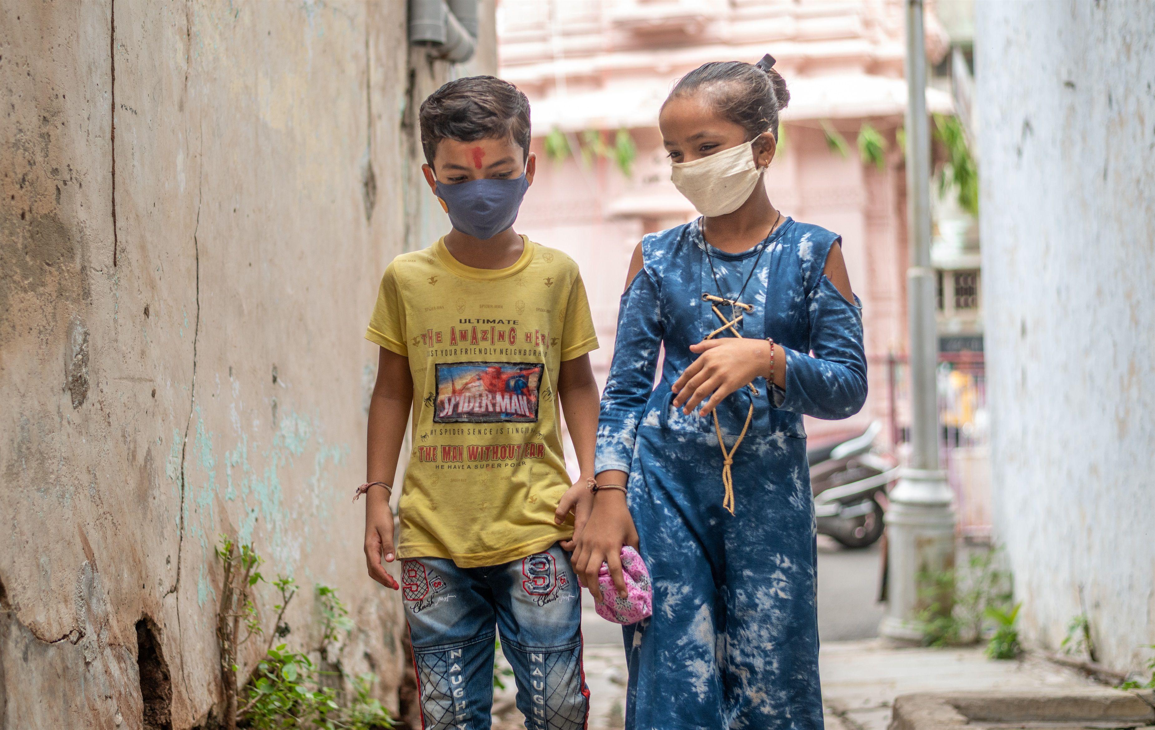 30/07/2020 Dos ni�os con mascarilla en India. POLITICA  �UNICEF