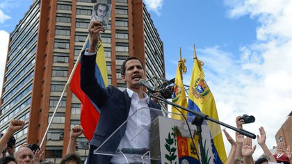 Juan Guaidó juró como presidente interino de Venezuela el 23 de enero, ante una multitud en Caracas (AFP)