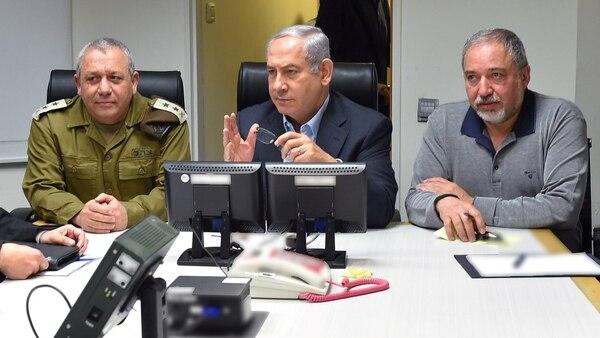 Benjamin Netanyahu, flanqueado por el general Gadi Eizenkot y el ministro Lieberman (Reuters)