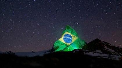 La montaña suiza también iluminada con la bandera de Brasil