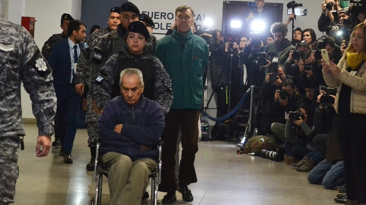 El cura Nicola Corradi, el principal de los tres acusados. Detrás, Corbacho, de campera verde.