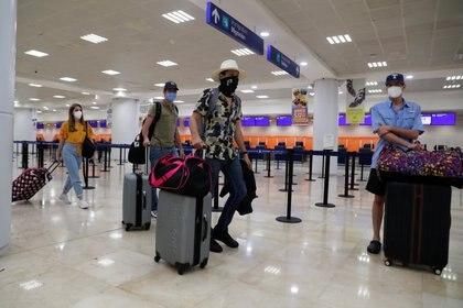 Turistas en el Aeropuerto Internacional de Cancun con máscaras faciales contra el Covid-19. REUTERS/Henry Romero