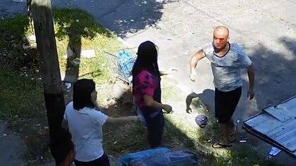 El supermercadista chino visiblemente herido tras la pelea a golpes de puño