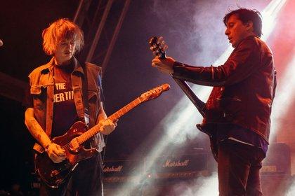 The Libertines, el grupo inglés de Pete Doherty y Carl Barat es un caso extremo. Editaron un primer disco que tuvo mucho éxito. Pero desde el inicio las adicciones complicaron las relaciones (RMV/Shutterstock)