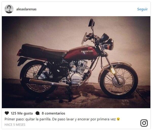 La motocicleta de Arenas que la policía mexicana tomaba como parte de la evidencia. También dijeron haber hallado el arma homicida en su casa