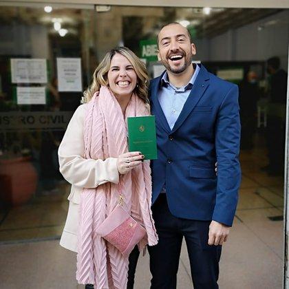 Florencia Battista (37) y Bruno Lescano (35) se casaron el 21 de agosto en Uruguay para que él pudiera venir a vivir a la Argentina.