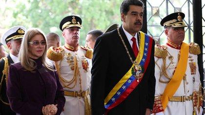 Maduro junto a Flores y el ministro de Defensa Vladimir Padrino Lópezen el acto por el 208°aniversario de la Declaración de la Independencia de Venezuela, el 5de julio pasado en Caracas. (Foto: Reuters)