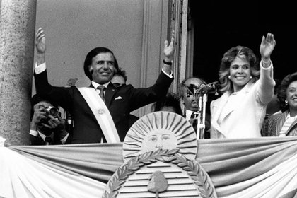 Cinco meses antes de que Raúl Alfonsín culminara su mandato, el 8 de julio de 1989 Carlos Saúl Menem asumió la presidencia de la Nación. Desde el balcón de la Casa Rosada saludó a una multitud junto a su esposa Zulema Yoma