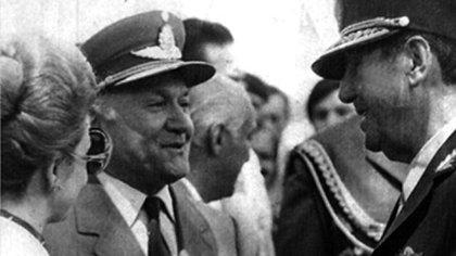 El brigadier Héctor Fautario, entre Isabel y Juan Domingo Perón