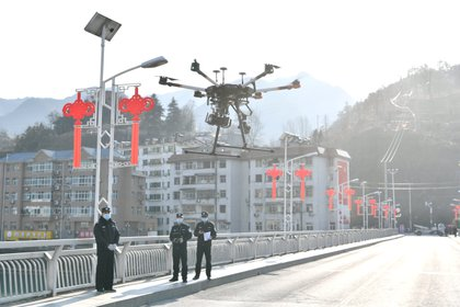 En China, que utiliza la tecnología para el control de sus ciudadanos, se envían drones para identificar a personas que no llevan mascarilla facial  (China Daily vía Reuters)