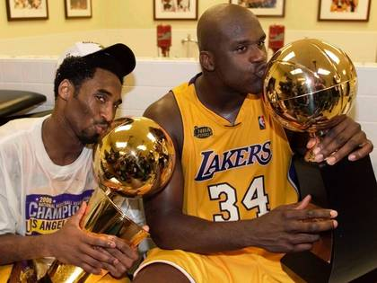 Shaquille, junto a Kobe Bryant, tras celebrar un título en la NBA con los Ángeles Lakers (REUTERS/Mike Blake/File Photo)