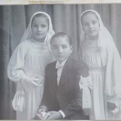 La comunión de los hermanos Martínez Suárez: Silvia, José y Mirtha