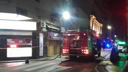 Die Feuerwehrleute mussten das Gebäude räumen und von der Terrasse eintreten.