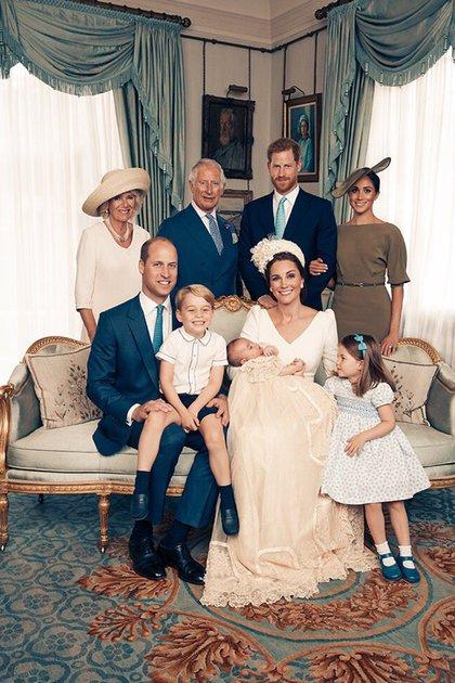 Camilla junto a Carlos, sus hijos William y Harry, Meghan Markle, Kate Middleton y los pequeños George, Charlotte y Louis