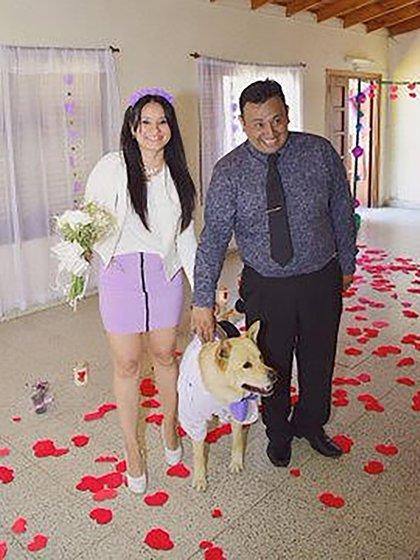 El perro ingresó con los novios al salón (Benjamín Osuna)