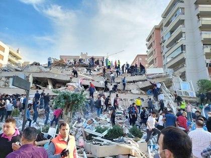 Lugareños y funcionarios buscan sobrevivientes en un edificio derrumbado después de que un fuerte terremoto sacudió el mar Egeo el viernes y se sintió tanto en Grecia como en Turquía, donde algunos edificios colapsaron en la provincia costera de Izmir, Turquía. 30 de octubre de 2020. REUTERS/Tuncay Dersinlioglu