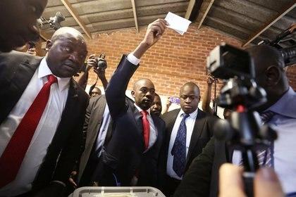 El opositor Nelson Chamisa antes de depositar su voto en Harare (REUTERS/Mike Hutchings)