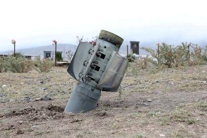 Los restos de un cohete se ven cerca de un cementerio en la ciudad de Ivanyan (Khojaly) en la región separatista de Nagorno-Karabakh el 1 de octubre de 2020 (Vahram Baghdasaryan/Photolure via REUTERS)