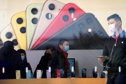 El nuevo iPhone 12 vendría en cuatro modelos (REUTERS/Aly Song/File Photo)