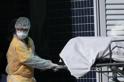 Un trabajador de salud transporta un cuerpo a un camión refrigerado en un hospital de Río de Janeiro, el 28 de abril (REUTERS/Ricardo Moraes)