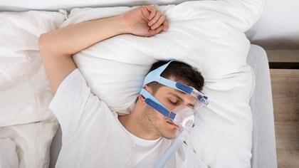DAM o CPAP. El uso de estos dispositivos es una opción de tratamiento sencilla, no invasiva, y reversible. El DAM otorga movilidad a la boca durante la noche y el CPAP es más invasivo pero más efectivo en casos severos (Getty)