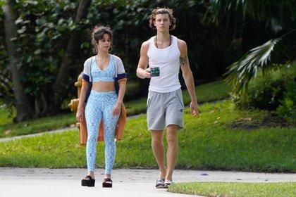 Camila Cabello y Shawn Mendes compartieron una tarde de paseo. La pareja disfrutó de las altas temperaturas para caminar juntos por las calles de Miami. La cantante lució unas calzas y top deportivo y sandalias con plataforma, mientras que el artista llevó su taza de café en la mano (Fotos: The Grosby Group)