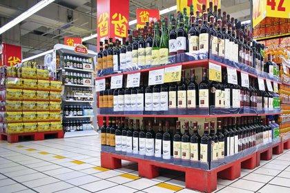 Góndola de vinos en un supermercado en Shanghai (Reuters)
