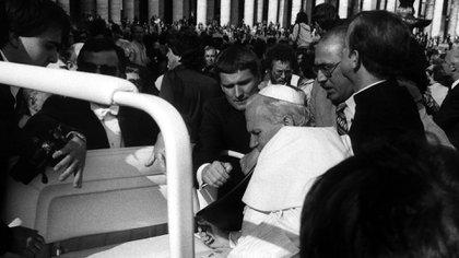 Agca le disparó a Juan Pablo II en el abdomen, la mano y el brazo (Reuters)