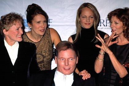 Rodeado por Glenn Close, Dana Reeve, Helen Hunt, Susan Sarandon en una gala de su fundación. Cuando sufrió el accidente la fisioterapia no se implantaba en casos de parálisis. Con el tratamiento logró mover uno de sus dedos y recuperar algo de sensibilidad (Shutterstock)