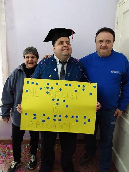 """""""Me recibí de abogado"""", dice el cartel en letra imprenta y en braille, que armaron los padres de Nicolás el día que defendió su proyecto de tesis. """"Mi marido. Él recortó los redondeles y yo los pegué"""", cuenta la mamá de Nicolás."""