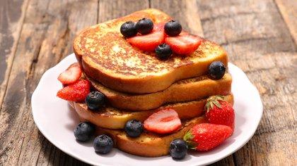 French toast y frutas de estación