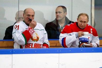 Putin y Lukashenko durante el descanso de un partido de la liga de hockey nocturno en Sochi. Foto: Alexander Zemlianichenko/Pool via REUTERS