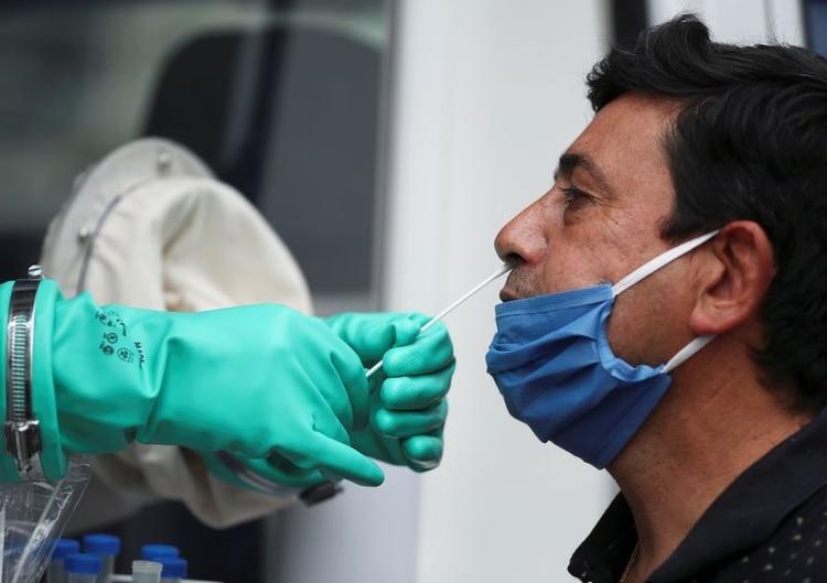 Berni pidió testeos compulsivos. En la foto de archivo, el doctor Gustavo Flores somete a un paciente a un hisopado