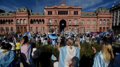 Grupos de manifestantes se acercaron hasta la Casa Rosada a mostrarle su descontento al Presidente