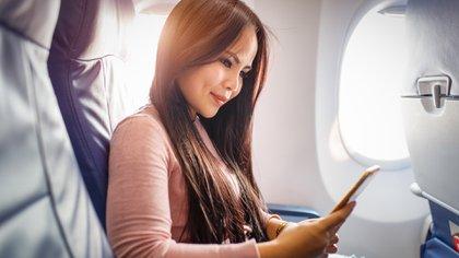 Los expertos no aconsejan viajar en avión con maquillaje porque la piel se reseca (Shuttersctock)