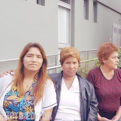 """Cristina Lorenzo (a la derecha) junto a dos compañeras del Hospital. """"Estamos de luto por una gran pérdida"""", sostuvo Deysi Villarruel (a la izquierda), colega de la enfermera fallecida por COVID-19 el pasado 6 de agosto."""