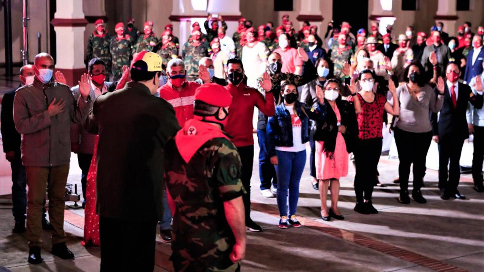 El momento en que Diosdado recibe honores en la Academia que no le corresponden