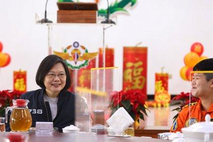 La presidenta de Taiwán, Tsai Ing-wen, almuerza con un oficial de la Fuerza Aérea en Tainan, el 15 de enero de 2021 (REUTERS/Ann Wang)