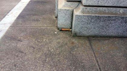 Fragmento de la bomba en el piso del cementerio