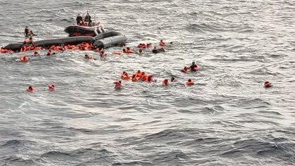 Foto de otra operación de rescate en el mediterráneo tomada el miércoles 11 de noviembre (Open Arms/Handout via REUTERS)