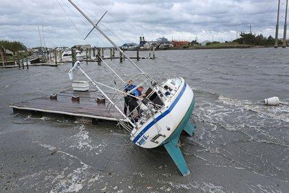 Así quedó uno de los veleros tras ser arrastrado por un tornado en Carolina del Norte (AP)