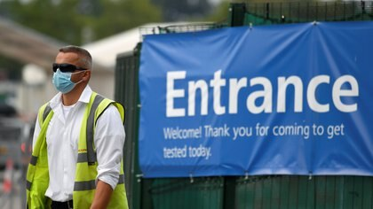 A worker is seen in a drive-in coronavirus testing centre amid an outbreak of the coronavirus disease (COVID-19) at Twickenham in London, Britain September 16, 2020. REUTERS/Toby Melville