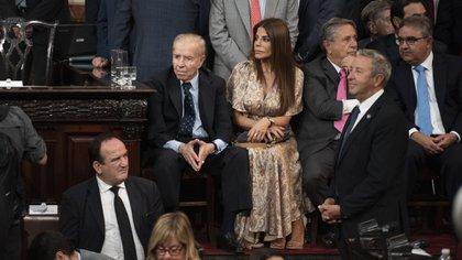Zulemita Menem para la asunción de presidencia 2019 optó por un vestido largo estampado de seda en color bronce con mangas acampanadas y escote V