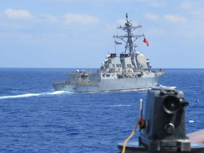 El destructor estadounidense USS Winston S. Churchill junto a la fragata turca TCG Barbaros (AP / Ministerio de Defensa de Turquía)