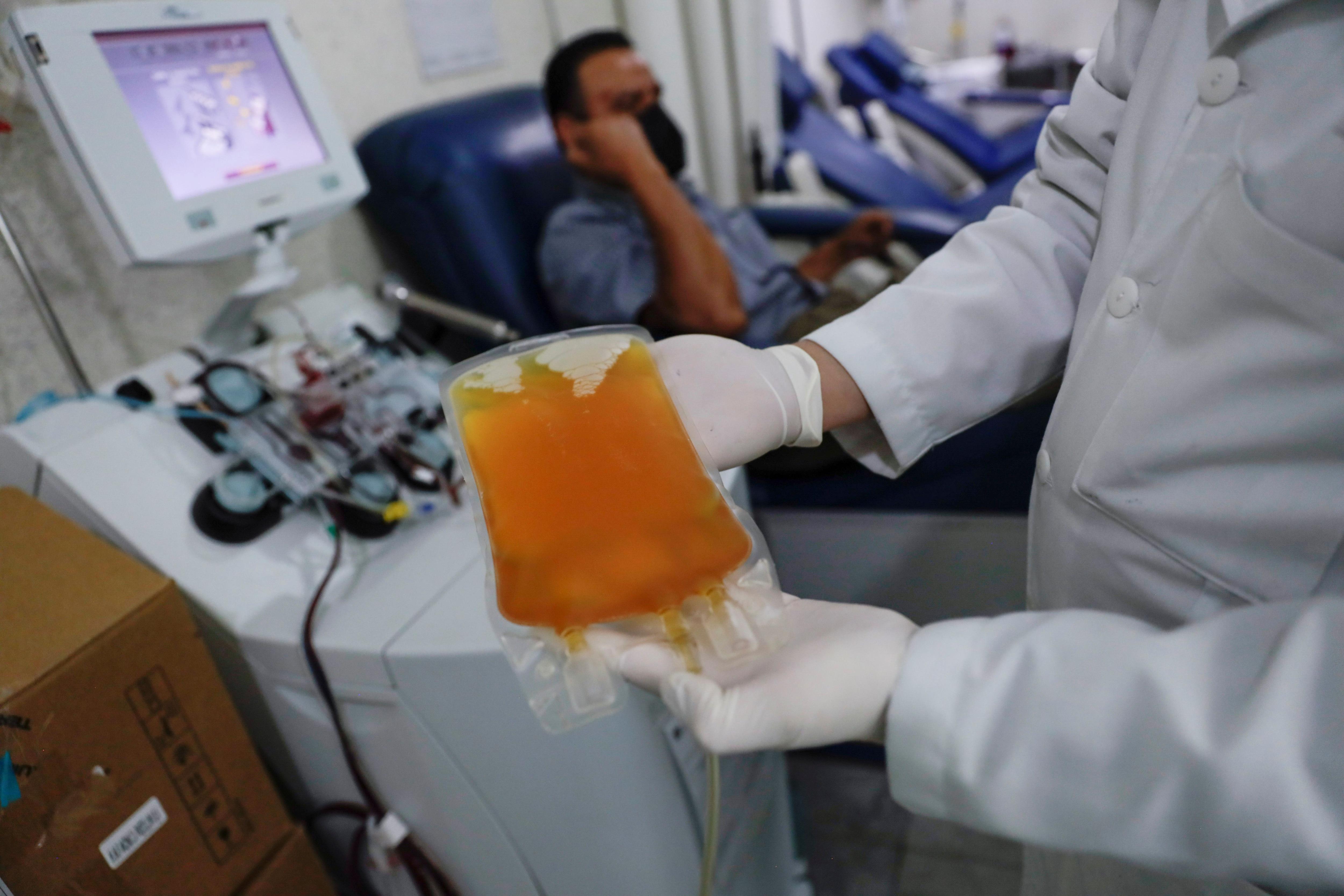 Los expertos consideraron que el plasma de pacientes que se han recuperado del COVID-19 tiene el potencial de ayudar a tratar a aquellos que están sufriendo los efectos de este terrible virus - REUTERS/Luis Cortes