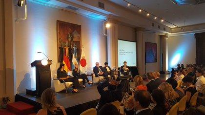 """Laura Ripani (primera a la izquierda) en el panel """"El futuro del trabajo y educación para la era digital"""""""
