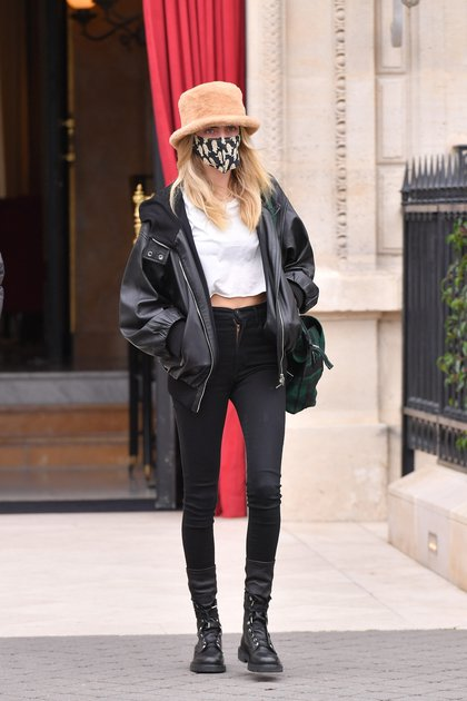 Vacation in France. Cara Delevingne traveled to Paris to attend Haute Couture Fashion Week and was seen leaving the hotel with a very cool look: black jean pants, a white T-shirt and an oversized black leather jacket. In addition, she wore a printed cap and a nude leather hat.