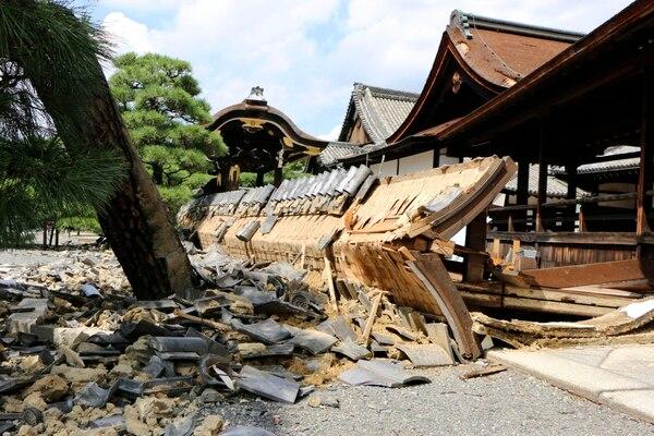 Un templo enKyoto sufrió los embates del Tifón. (Kyodo News via AP)