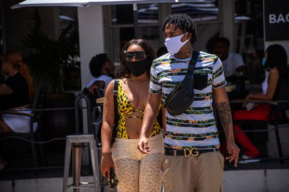 Una pareja pasea por la calle Ocean Drive en South Beach, en Miami, Florida (EFE/Giorgio Viera/Archivo)