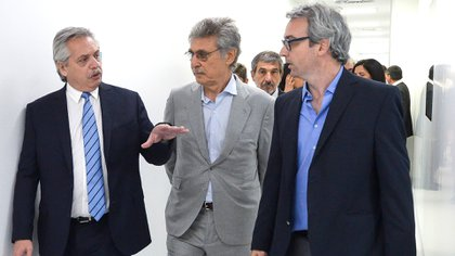 Fernández recorre la planta junto al intendente de Escobar, Ariel Sujarchuk, y el empresario Hugo Sigman, CEO del Grupo Insud. (Presidencia)